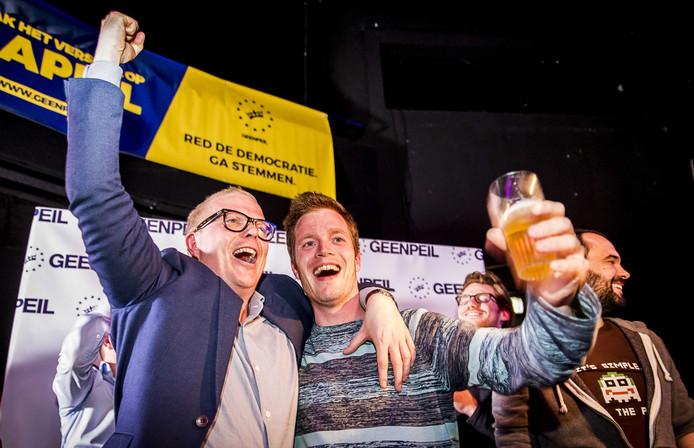 Jan Roos viert de uitslag van het referendum met collega's en sympathisanten