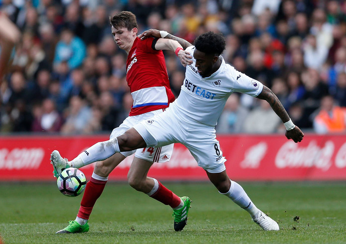 Leroy Fer (r) namens Swansea City in duel met Marten de Roon van Middlesbrough.
