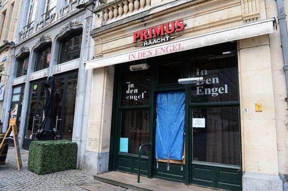 Donderdagavond trapte een onbekende man het glas van de deur van café Den Engel stuk.
