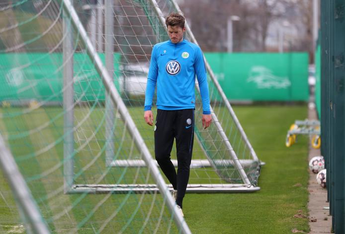Wout Weghorst verlaat geblesseerd de training.