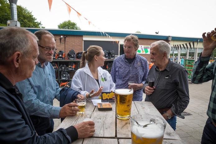 Supporters krijgen uitleg over het nuttigen van een biertje na de voetbal.