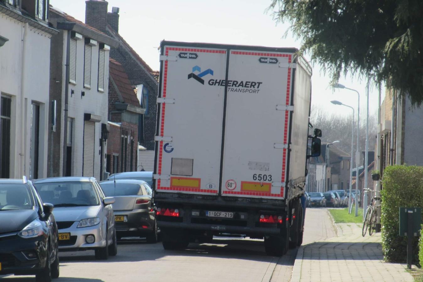 Verdwaalde vrachtwagen op de Graaf Jansdijk in Westdorpe, geen plek meer voor fietsers.