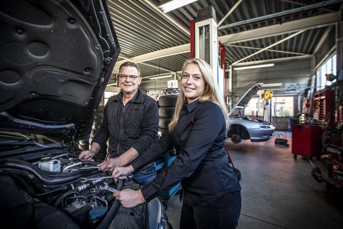 Hein Franke met zijn opvolgster Hanneke Oude Wolbers. Vanaf vandaag is zij de eigenaar van het autobedrijf.