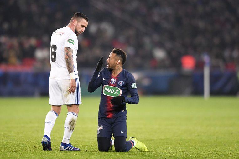 Neymar maakt zich kwaad tegen Goncalves.