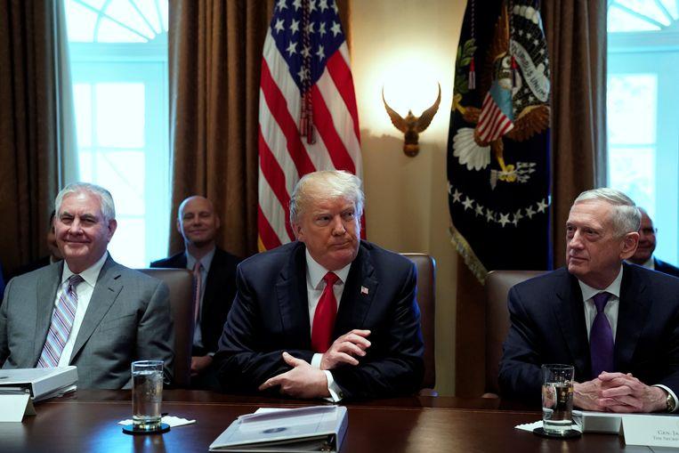 Amerikaans president Donald Trump (midden) geflankeerd door ministers Rex Tillerson (buitenland, links) en James Mattis (Defensie). Beeld REUTERS