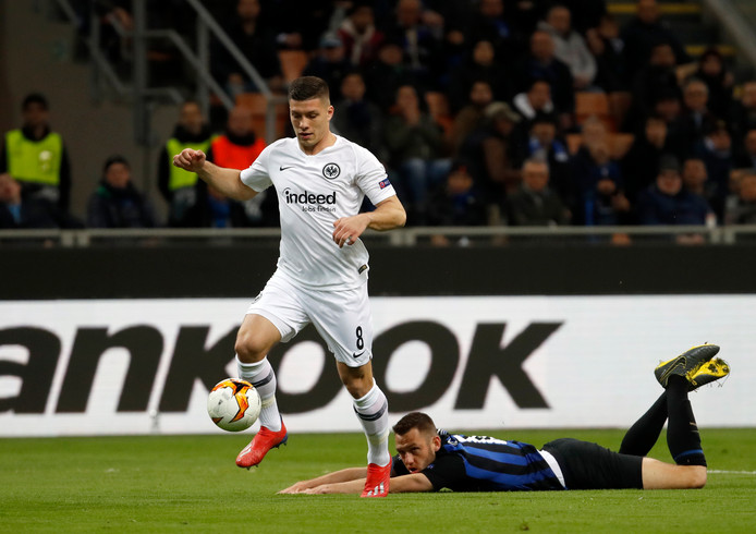Stefan de Vrij ziet toe hoe Jovic Frankfurt naar de kwartfinale schiet.