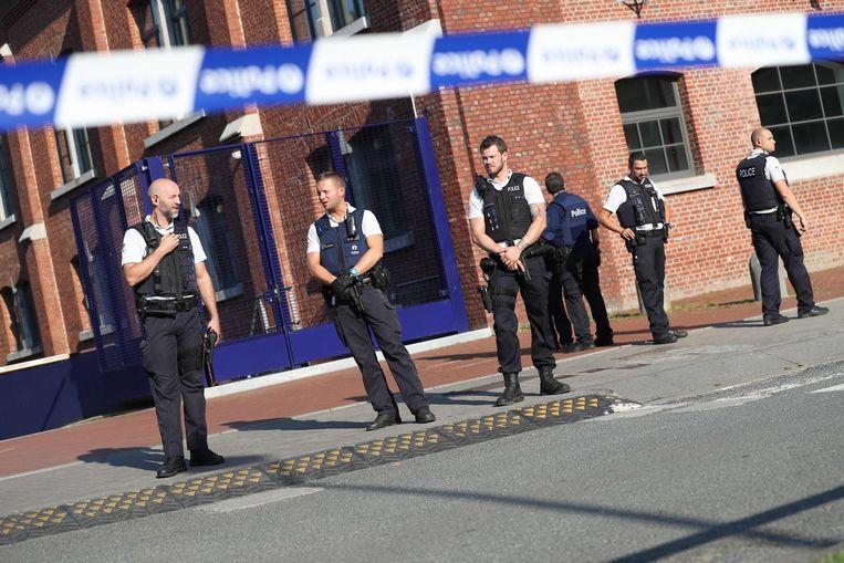 Politieagenten houden de wacht in Charleroi. Beeld afp