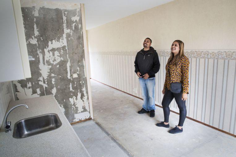 Alicia en Remi inspecteren een koopwoning Beeld Arie Kievit