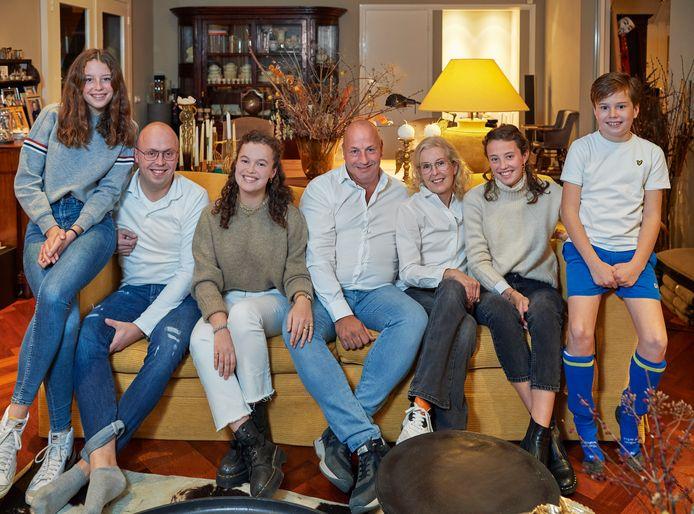 Familie Bal uit Oss op de bank. Phileine, Boudewijn, Annelotte, Anton, Lonneke, Willemijn en Benjamin (vlnr).