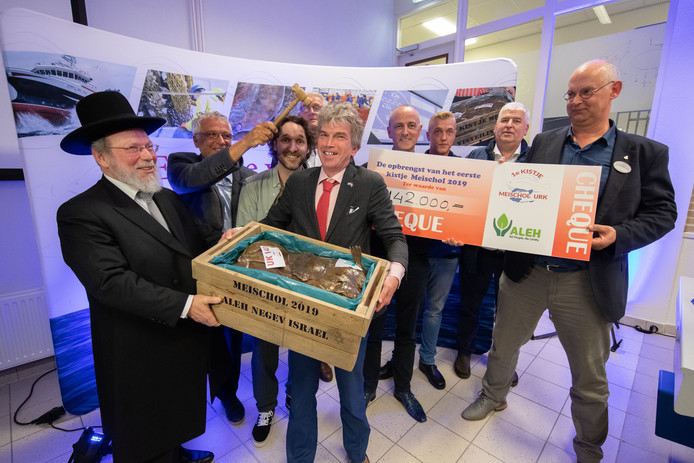 Het eerste kistje meischol op de Visafslag op Urk levert 142.000 euro op. Het geld gaat naar ALEH Negev in Israël.
