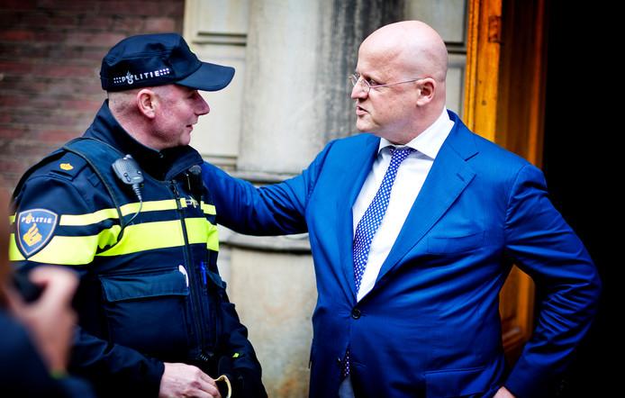 Ministers Grapperhaus (CDA) van Justitie en Veiligheid in gesprek met een politieagent
