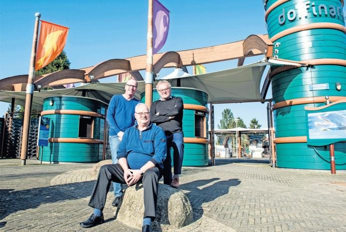 Dolfinarium-directeur Bert van de Hoef (rechts), samen met manager Ferry Kouer (voor) en voorlichter Taco Rietveld.