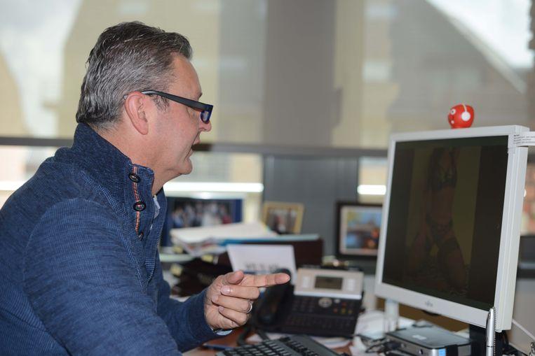 Burgemeester Vander Elst kijkt naar 'The Salon' op het internet.