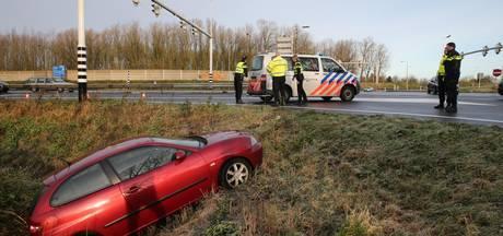 Auto belandt in sloot bij knooppunt Hooipolder