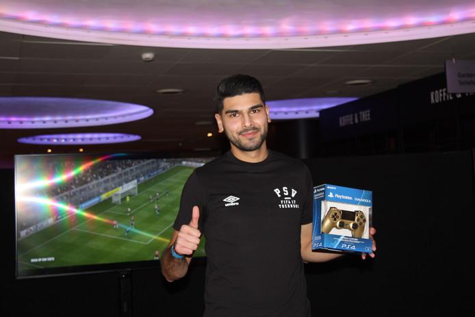 Romal Abdi won de derde finale en mag zich misschien binnenkort officieel PSV-speler noemen. De eSports-speler won in ieder geval een gesigneerd shirt en een gouden controller.