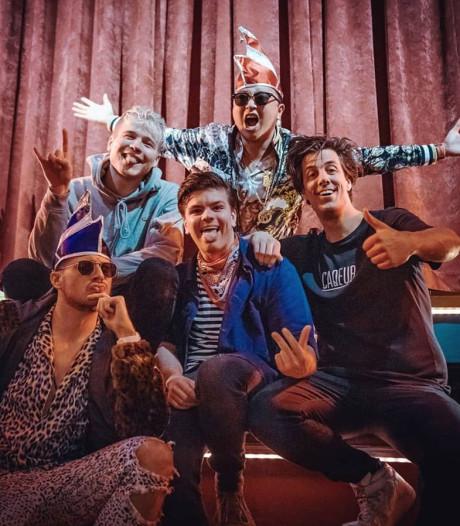 Gladjakkers uit Oldenzaal in nieuwe carnavalskraker: 'Een hele eer'