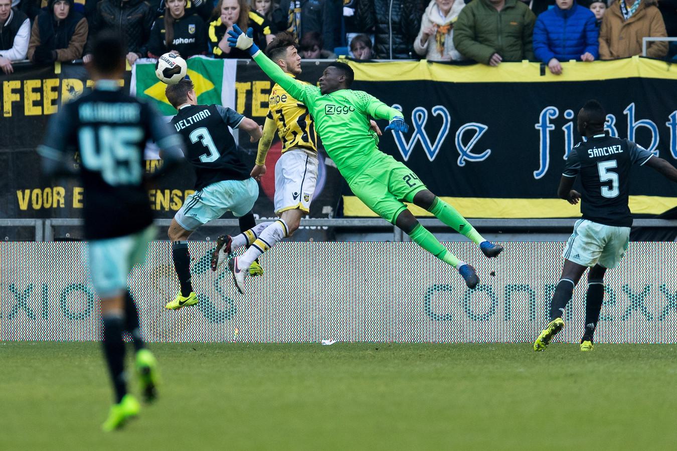 André Onana in actie voor Ajax tegen Vitesse.