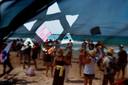 Demonstranten op het strand in Tel Aviv.