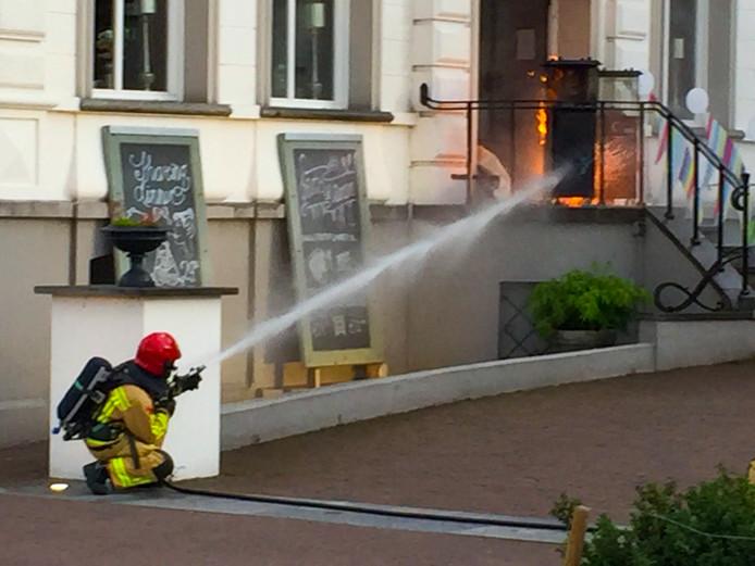 De brandweer bluste de gasfles vanachter een obstakel, omdat de fles mogelijk nog kon ontploffen.