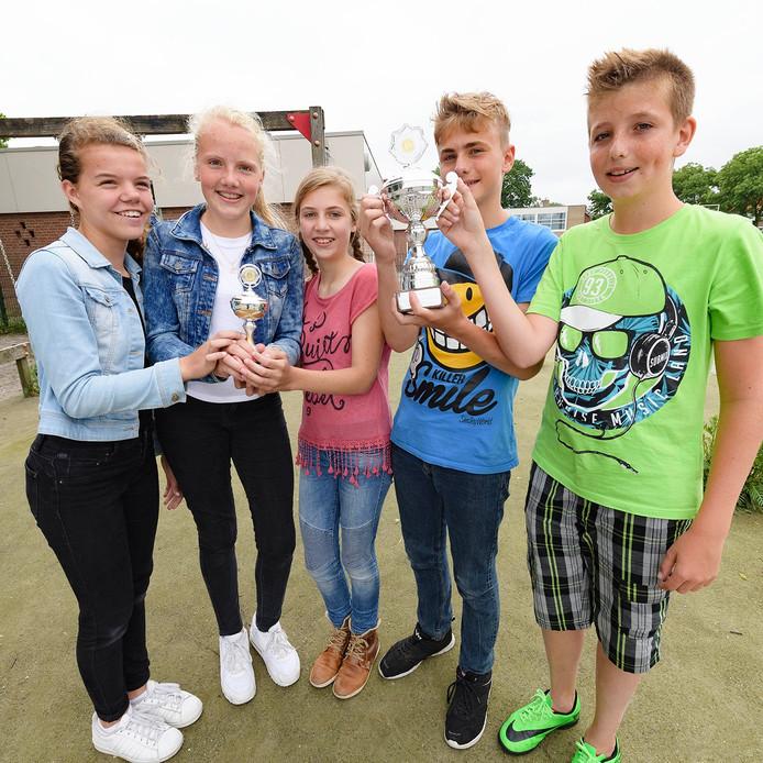 Leerlingen zijn blij met de wisselbeker. Van links naar rechts: Lotte, Sophie, Anouk, Glenn en Lars