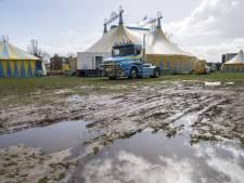 Circus Renz zit vast in modder in Almelo en kan niet naar Nijverdal komen
