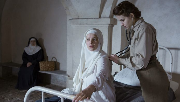 Een Franse verpleegster (Lou de Laâge)¿wordt ingeschakeld om de Poolse nonnen bij hun bevalling te assisteren.