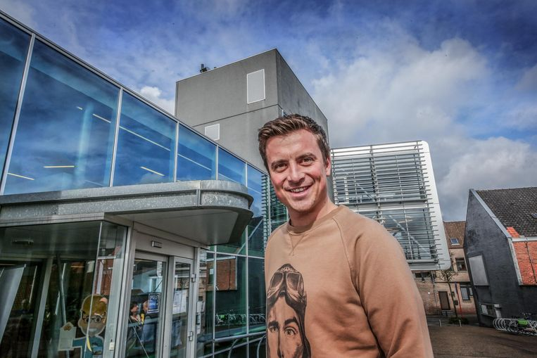 Niels Destadsbader, hier gefotografeerd aan het gemeentehuis, is nu ook officieel ereburger van Deerlijk.