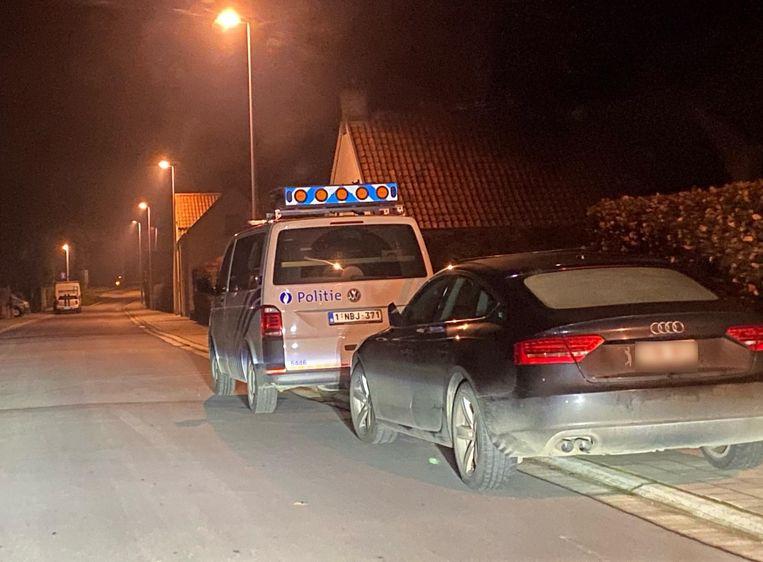 De politie, hier aanwezig in de Nieuwdorpstraat in Moerkerke, hield de avond van kerstdag een grote zoekactie naar inbrekers.