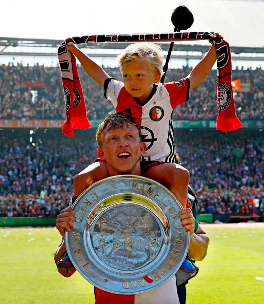 Dirk Kuyt met zijn zoon op de schouders en de kampioensschaal in zijn handen, na zijn hattrick tegen Heracles Almelo.