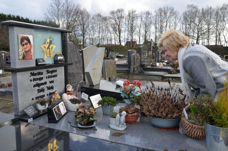 """Marina Wally bij het graf van haar ouders: """"Ik mis ze nog elke dag""""."""