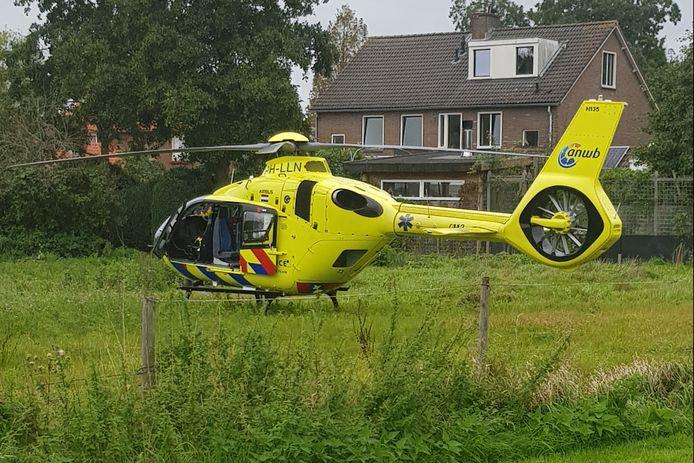 De traumahelikopter landde na het ongeval in een weiland.