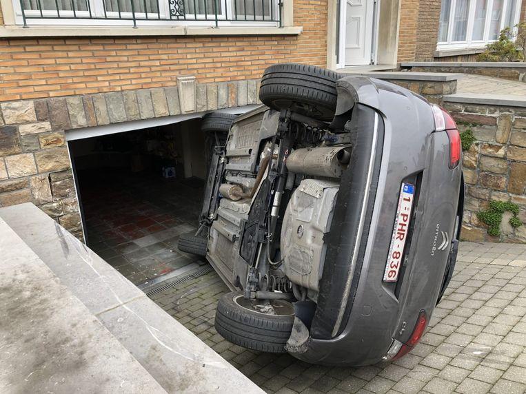 De gekantelde wagen schoof tegen de omlijsting van de garage.
