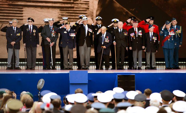 D-Day veteranen op het podium in Portsmouth.  Beeld AP