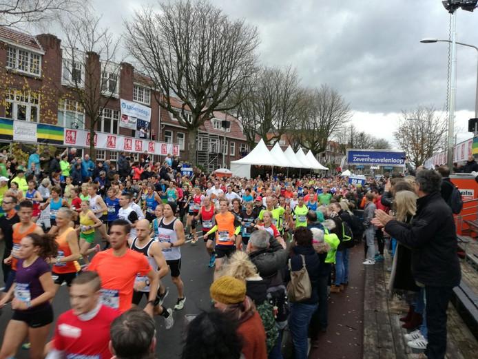 De lopers van de Zevenheuvelenloop zijn in Nijmegen vertrokken.