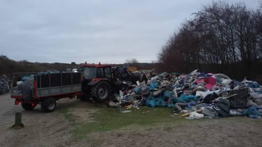 Bergen verzameld afval liggen bij de strandopgangen