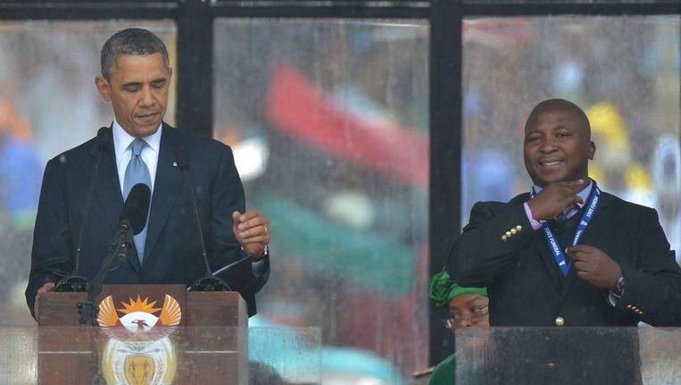 De doventolk (r) in actie naast Barack Obama tijdens de herdenking van Mandela Beeld afp