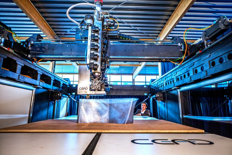 Een van de grootste 3D-printers ter wereld in Delft.  Beeld Raymond Rutting / de Volkskrant