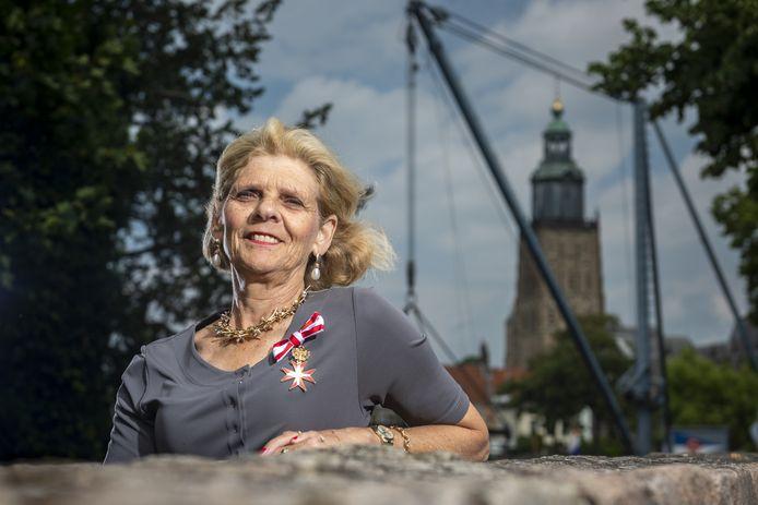 Reinildis van Ditzhuyzen met haar Gouden Ereteken van Verdiensten voor de Republiek Oostenrijk opgespeld.