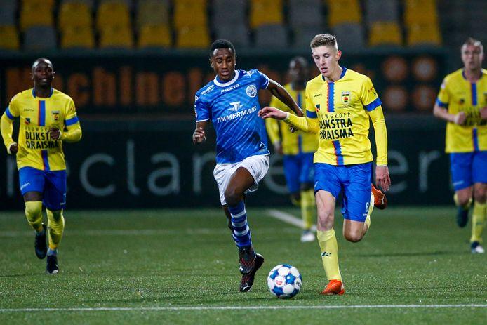 Kevin Felida (links), hier in duel met Mees Hoedemakers van  SC Cambuur, was vrijdag weer de grote aanjager bij FC Den Bosch.