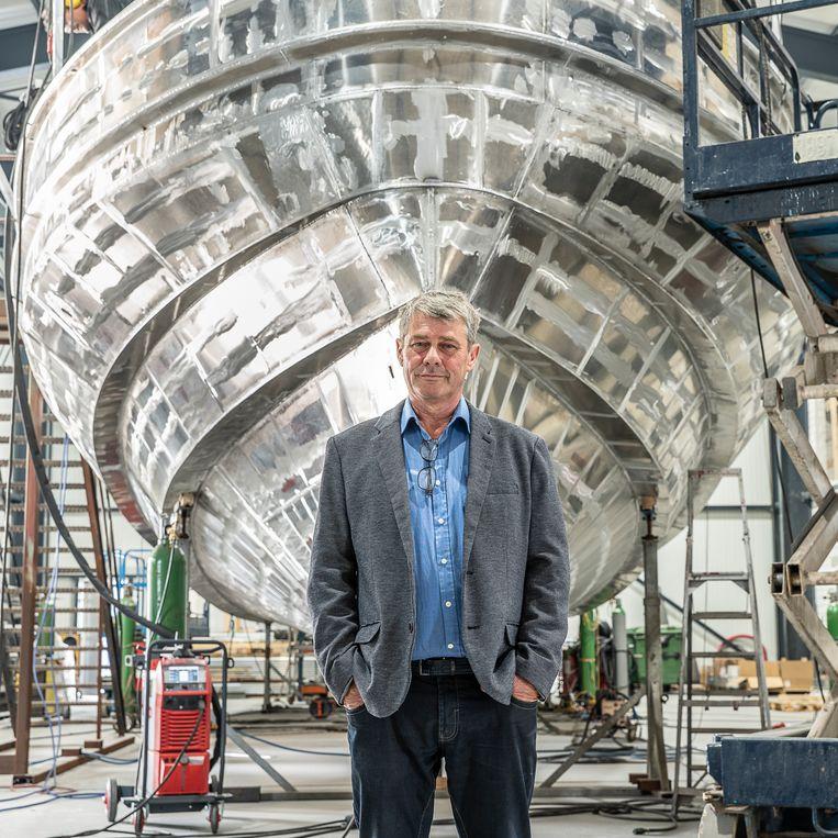 Directeur Albert Keizer voor een aluminium loodsschip. Beeld Harry Cock / de Volkskrant