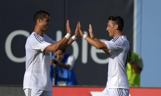 Mesut Özil (rechts) viert feest met Cristiano Ronaldo.
