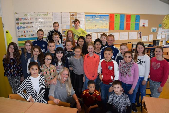 Juf Melissa is leerkracht in groep 8 en heeft een gepersonaliseerde handgroet met alle leerlingen.