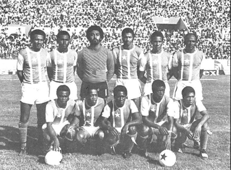 Mexico, 1977. Het Surinaams elftal tijdens een voorronde van het WK. Knielend, derde van links: Errol Emanuelson Beeld E. Leilis