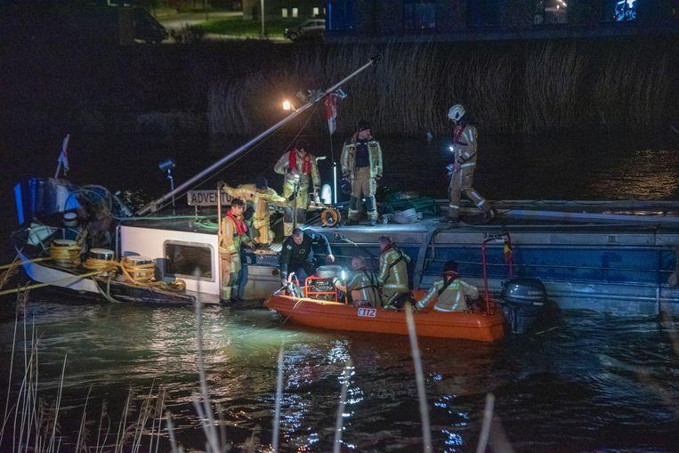 De brandweer probeert te vermijden dat het schip zinkt.