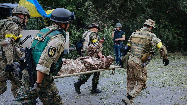 Oekraïense soldaten dragen een gewonde kameraad nabij Donetsk Beeld epa