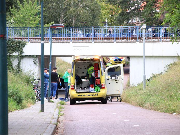 Hulpverlening na het ongeluk op de Rembrandtlaan in Veenendaal.