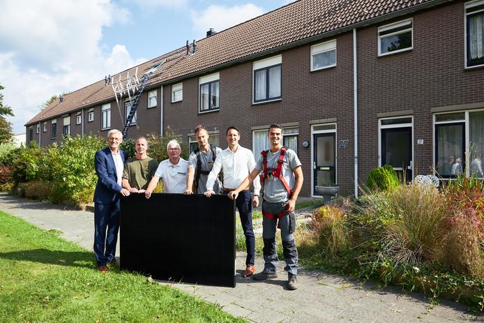 De aftrap van het zonnepanelenproject in Nieuw-Beijerland. Op de foto van links naar rechts: Ben Pluimer (HW Wonen), een van de huurders,  Jos Verweij (Huurdersplatform), een monteur van Saman, Daniël Lodders (directeur Saman) en nog een monteur van Saman.