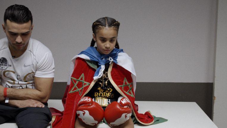 Amira, met zowel een Nederlandse als een Marokkaanse vlag om haar heen. Beeld null