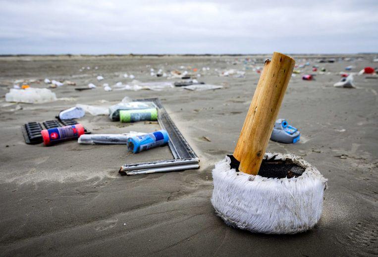 Goederen uit de containers van de MSC Zoë aangespoeld op de kust van Schiermonnikoog.  Beeld EPA
