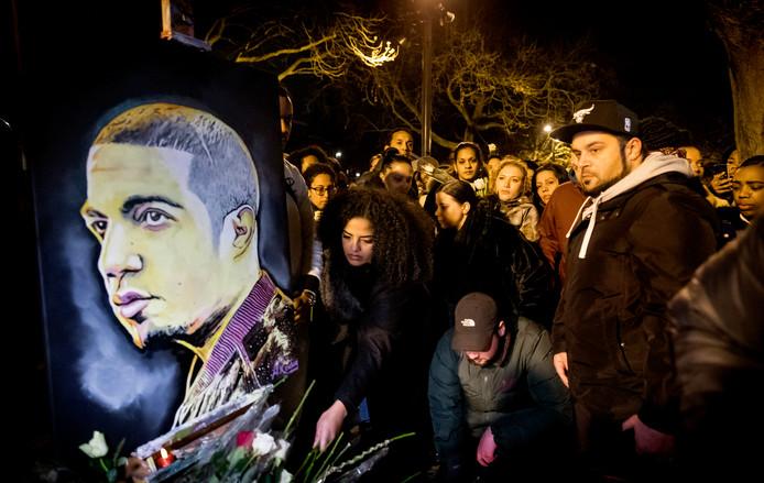 Belangstellenden leggen bloemen bji de herdenking voor de 32-jarige rapper Feis. De Rotterdammer kwam op Nieuwjaarsdag om het leven bij een schietpartij op de Nieuwe Binnenweg.